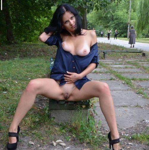 Женщины без комплексов позируют, раздвинув ноги